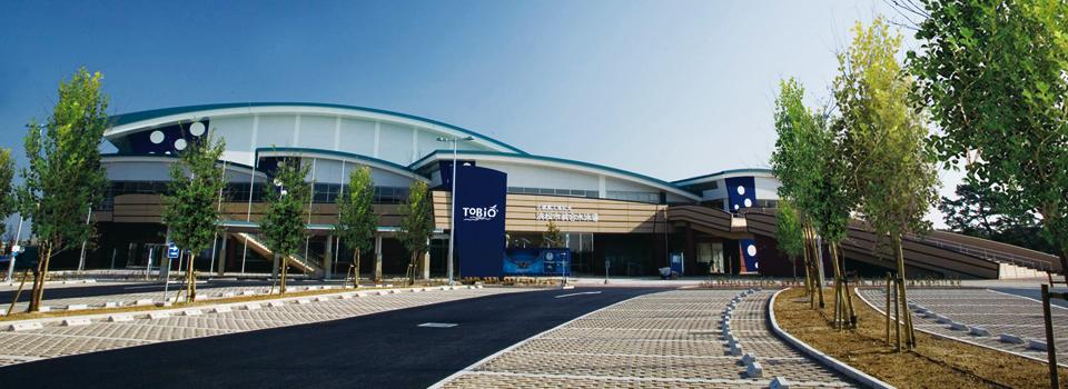 古橋廣之進記念浜松市総合水泳場「ToBiO」|国際公認のメインプールをはじめ高水準の「競技施設」と同時に、市民の「健康増進(フィットネス)・レジャー・リラクゼーションエリア」としての各種施設、多彩なスクールを実施。